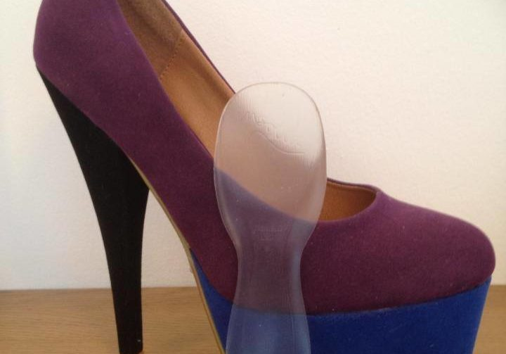 High heeled shoe with insole